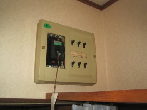 30年以上前の分電盤は 漏電ブレーカーが付いていませんでした