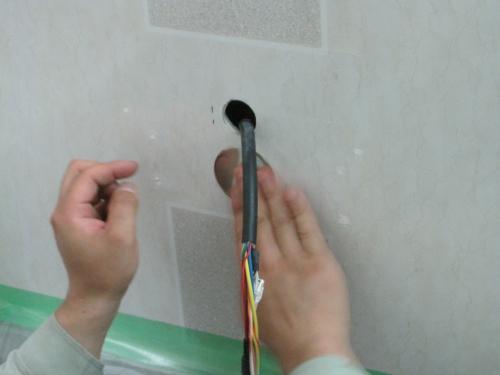 既設の配線用の穴はステンレス製の  防水シールでふさぎます