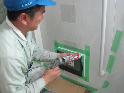 テレビの取付部品を固定して  防水用のコーキングをします
