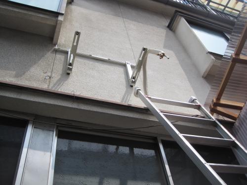 取付け場所が狭いので高い所へ架台を取付けます
