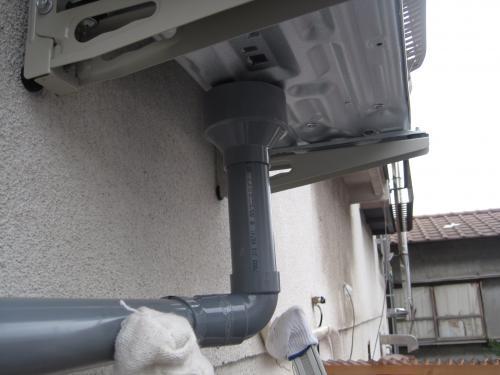 冬の暖房時には室外機から排水が出るのでドレン配管をします