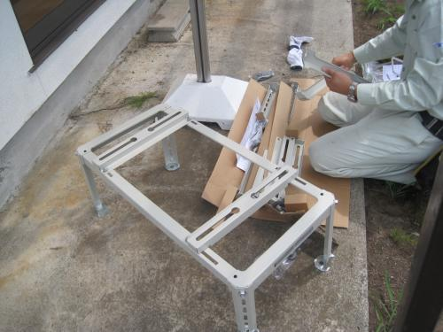 屋外機の設置の準備です  架台を組み立てます