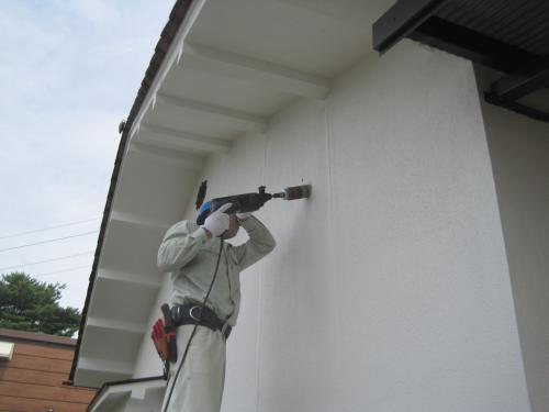 天井裏の冷媒配管の準備です  壁に配管用の穴を開けます
