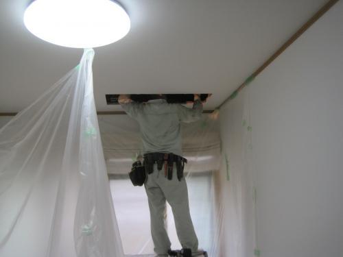 フル暖エアコンの室内機を取付ける為に  天井裏へ吊金具を取付ます