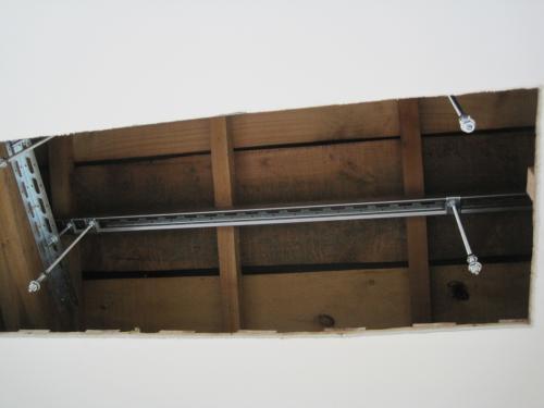 室内機の吊金具を取付ました  梁にシッカリ固定しましたから落下の心配はありません