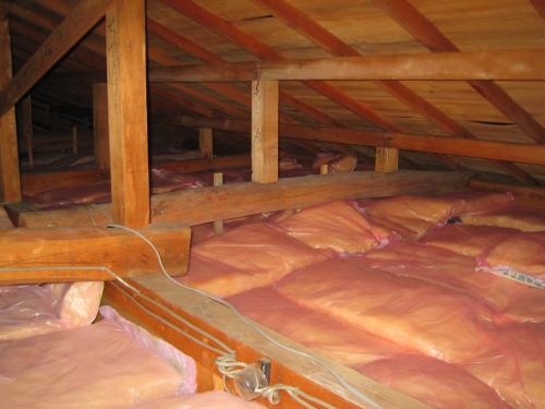 天井裏にも気を使います  冷房・暖房効果を高める為に断熱材を敷詰めます
