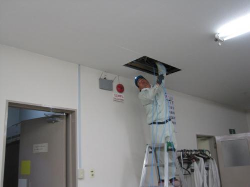 LANケーブルを天井裏へ配線します