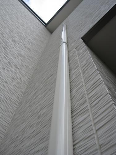外壁をスリムダクトで配管します