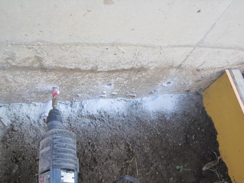 コンクリートドリルで穴をあけて鉄筋アンカーを打ちこみます
