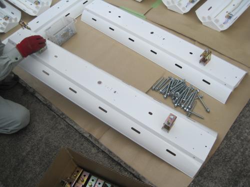 高天井用インバーター蛍光灯照明器具に部品を取付ます