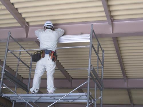 高天井用インバーター蛍光灯照明器具を取付ます