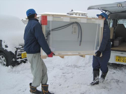 雪で足元が滑りやすいので慎重に運びます