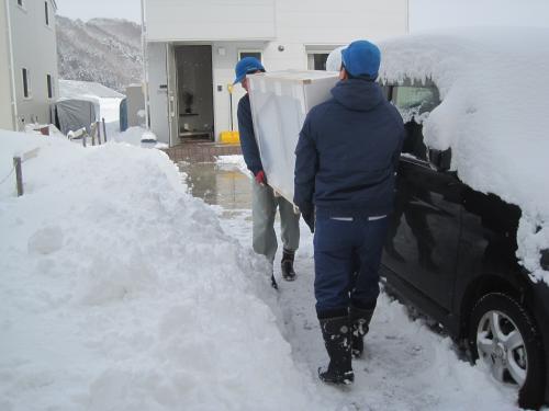 雪で玄関まで車で近づけません
