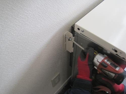 蓄熱用レンガを組み込む前に転倒防止をします