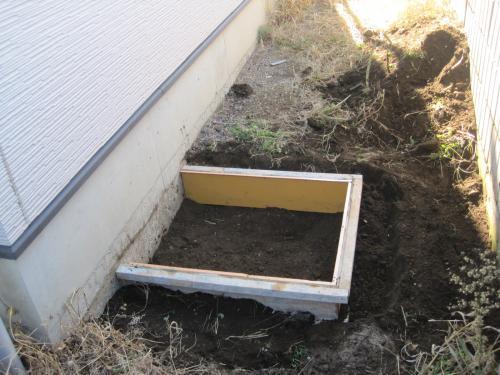地盤を填圧してコンクリートの型枠を入れます