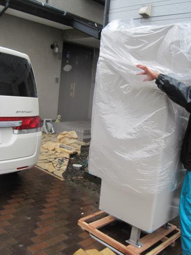 エコキュートの本体はビニルで保護してありますから 梱包が雨にぬれても大丈夫です