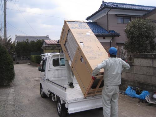 エコキュート本体をトラックから降ろします