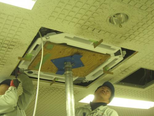 天井の隙間を調整します