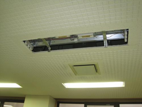 40W3灯式の照明器具を取り外します