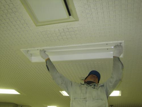 反射カバーと32Wの蛍光ランプを取付けて完成です
