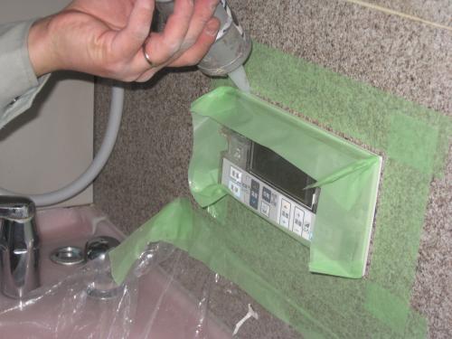 浴室リモコンを取付けて防水のコーキングをします