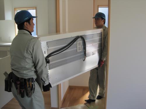 壁やドアに当てないように慎重に運びます