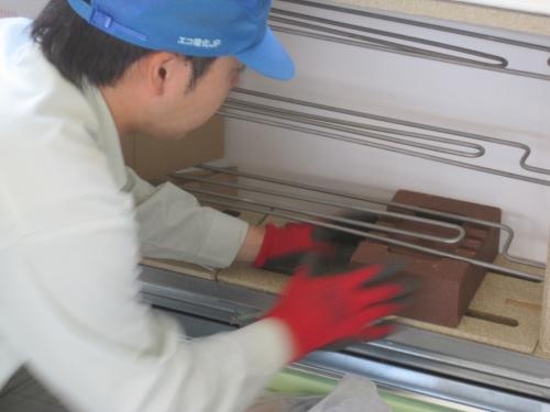 ヒーターを傷めないように蓄熱用のレンガを組込ます