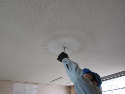 電源が直接接続してありますから交換するには 電気工事士の資格がありませんとできません