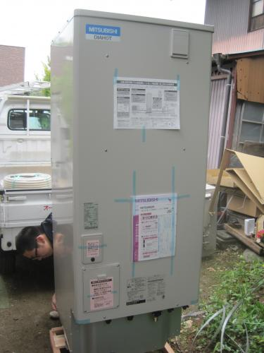 エコキュートの据付工事の準備をします 三菱電機エコキュート寒冷地仕様370ℓです