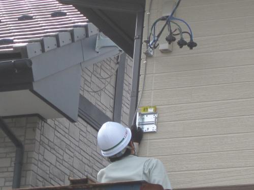 壁に地デジ薄型アンテナの固定金具を取付けます