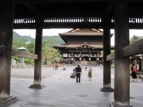 山門の石段を上ると善光寺の本堂が見えてきます