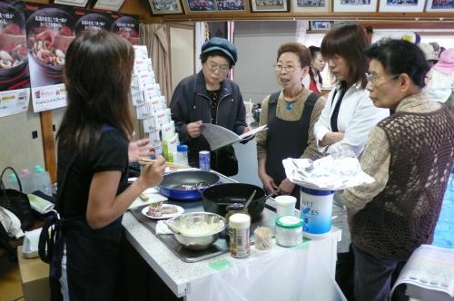 展示会を開催しオール電気機器のご説明や料理の 実演デモンストレーションを行なっております。