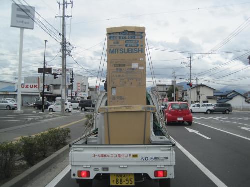 エコキュートをトラックに乗せて出発します
