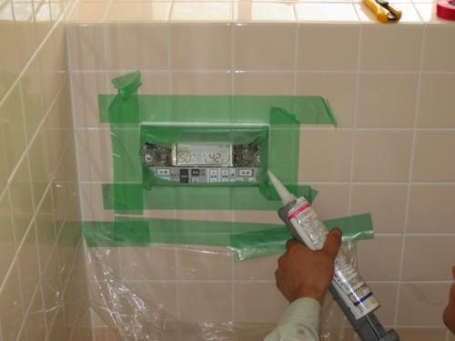 浴室リモコンの取付けです リモコンの防水処理をします