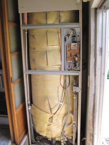 屋内設置の電気温水器を撤去します