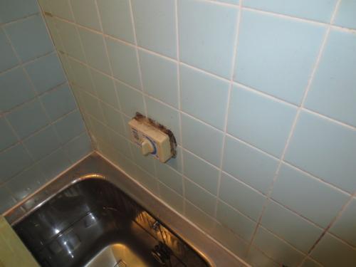 既設のリモコンを浴室リモコンに交換します