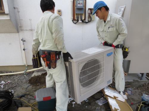 空気でお湯を沸かすヒートポンプを設置します