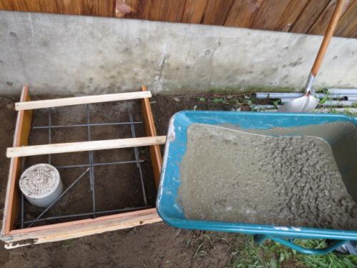 鉄筋で補強しましたのでコンクリートを流し込みます。