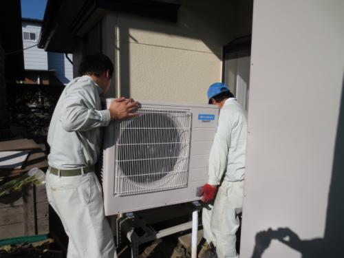 空気でお湯を沸かすヒートポンプユニットを架外に固定します。