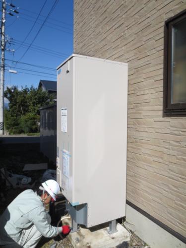 プロパンガスの発電機器を撤去した場所へエッキュートを設置します
