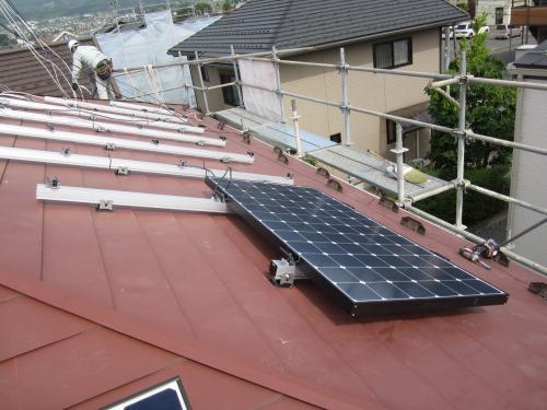 太陽電池モジュールを屋根に取付けます