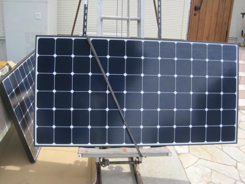 太陽電池モジュールを屋根に上げます