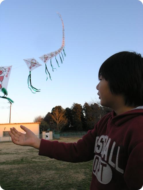 凧上げる10