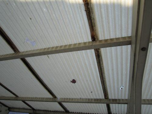 雹によってカーポートの屋根が破損