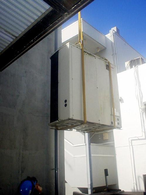 エアコン室外機の搬出撤去作業o5