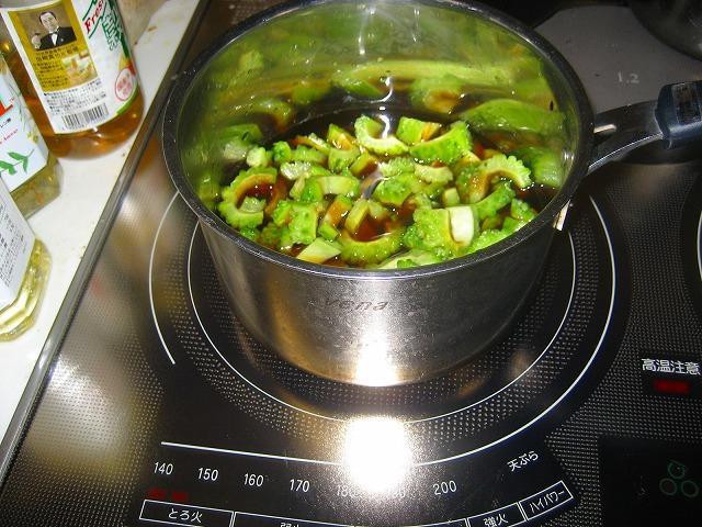 ゴーヤを煮る。
